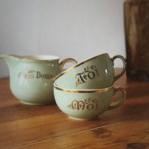 Tasses et pot à lait vintage nous deux toi et moi