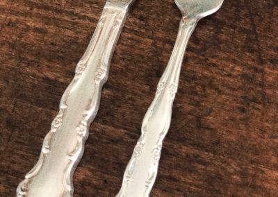 Lot de 2 couverts gravés vintage fourchette et couteaux